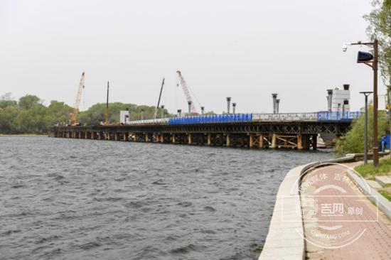便桥合龙 正在修建施工便道