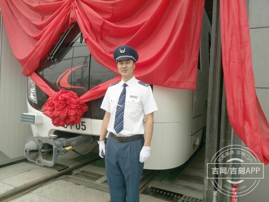 地铁一号线今日试运行首列车驾驶员孙英昕。