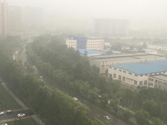 9时30分,雾起,阵雨已经遮挡了车辆的视线,能见度只有两公里。