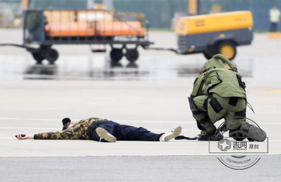 击毙恐怖分子,排爆人员进行现场排爆