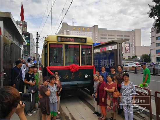 """17日9时40分许,一辆黄绿的有轨电车缓慢地驶进红旗街终点站。车头上的""""长春号"""",让一些上了岁数的老长春们激动不已。"""