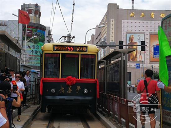 """8月17日上午,3台仿古电车上线,1台""""长春号""""分配于55路,2台""""200型""""分配于54路运营。"""