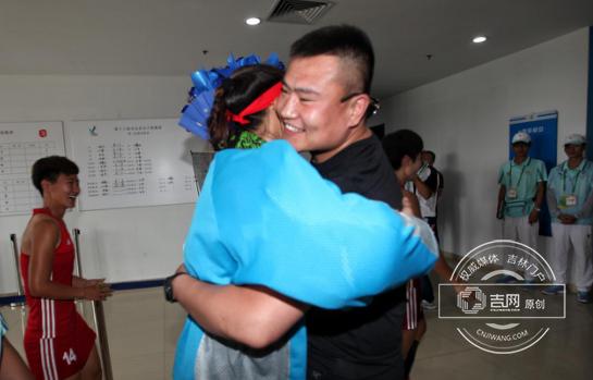 李冬晓与男友紧紧拥抱