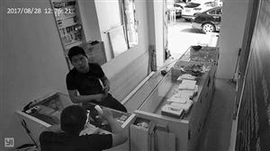 黑衣男子出现在手机店的视频截图。