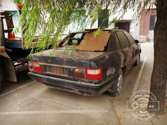 """随后记者发现,独立路基本算是""""僵尸车""""的重灾区了,独立路(农林街至松江西路)段共有800多米,却停了10多辆""""僵尸车""""。"""
