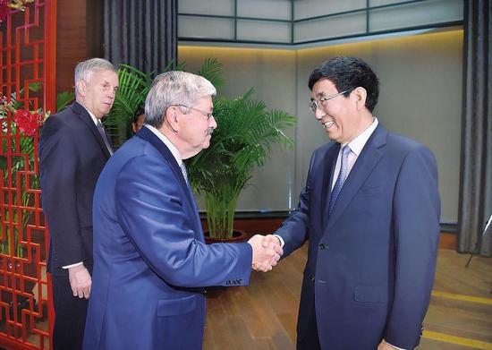 9月6日,省委书记巴音朝鲁在长春会见美国驻华大使泰里·布兰斯塔德一行。 记者 宋锴 摄