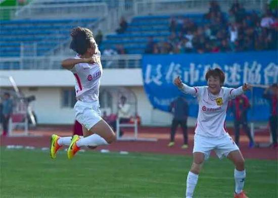 队长任桂辛庆祝进球