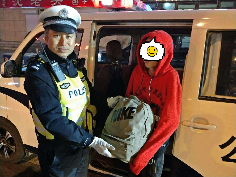 民警苏兴超将捡到的物品还给小谢。