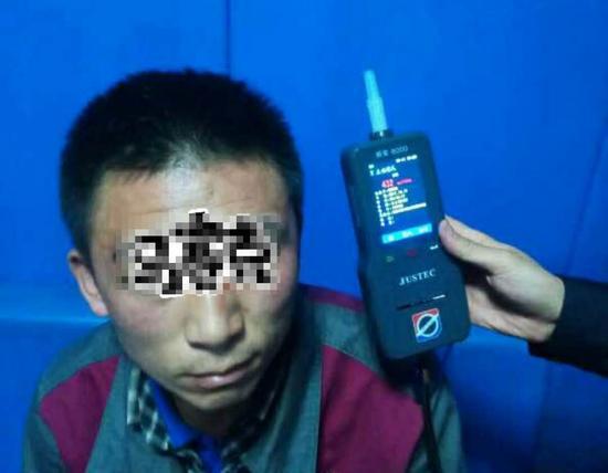 民警用呼吸式酒精检测仪对赵某林进行检测。