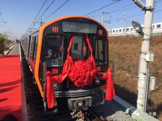 (10月16日,由长客研制的首批美国波士顿橙线地铁车在长春顺利下线)