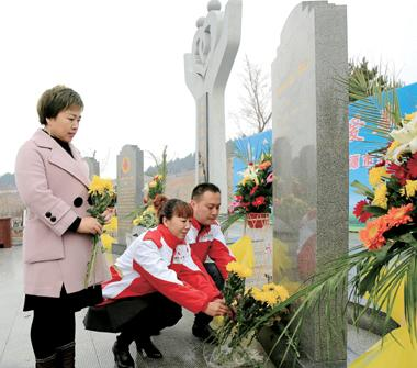 红十字志愿者及遗体器官捐献志愿者向纪念碑敬献鲜花。