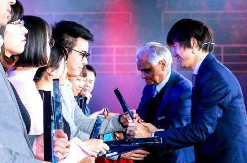 (智联招聘CEO郭盛与管理学大师拉姆•查兰一同为获奖企业颁奖)