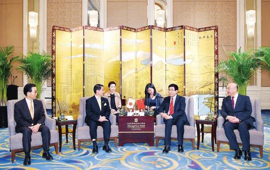 十一月二十六日,吉林省与日本鸟取县在长春签署了友好省县关系协议书。吉林省委书记巴音朝鲁、省长刘国中出席签字仪式并会见了鸟取县知事平井伸治一行。本报记者 宋锴 摄