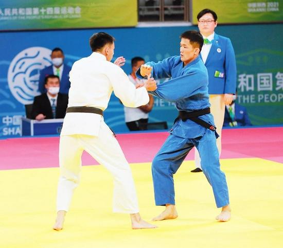 吉林省选手许振龙在全运会男子柔道-66公斤级比赛中。 本报特派记者 张政 张宽 摄