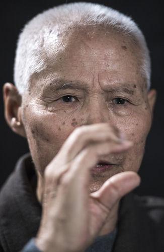 在吉林省通化市,志愿军老战士孙泰镐回忆战争经历时演示他对敌广播时的动作(9月29日摄)。