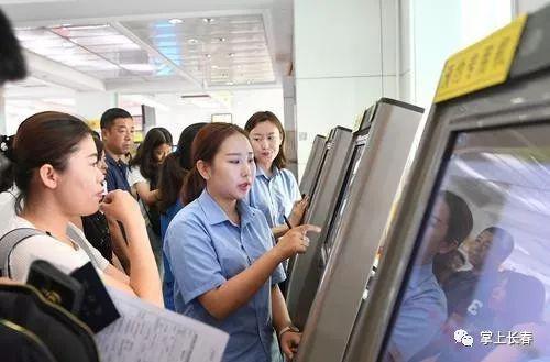 工作人员辅助群众在自助机填表