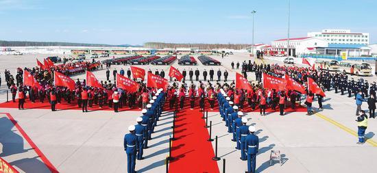 3月22日,吉林省在长白山机场举行隆重的迎接仪式,欢迎英雄凯旋。