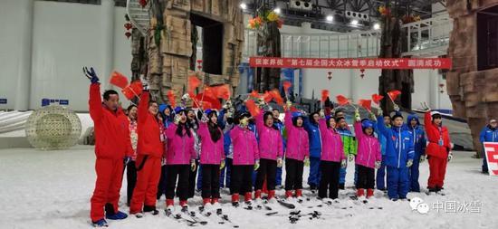 张家界青少年冰雪体验公开课在湖南张家界冰雪世界室内滑雪场举办