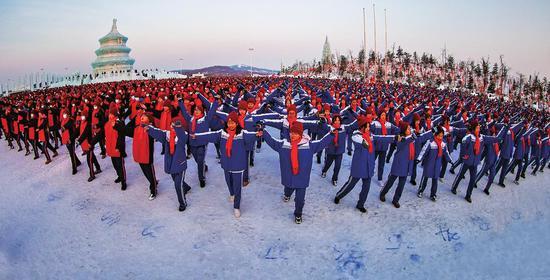 学生们正在同跳冰雪健身操。