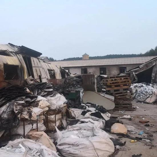 被烧后的仓库。