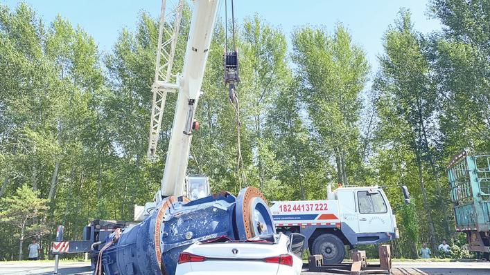 白城市国道一车载25.6吨重物滚落压扁一辆小轿车 1人当场死亡
