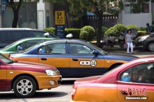 资料图:街上行驶的出租车。 金硕