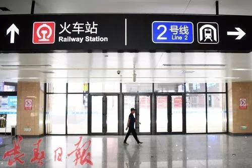 出站口的轨道交通2号线指示牌