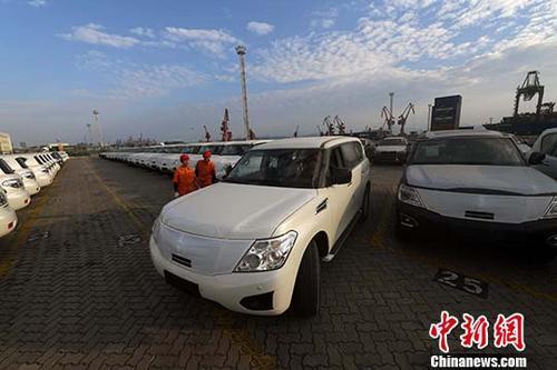 图为厦门海沧保税港区汽车整车进口停车场内,工作人员停放进口汽车。中新社记者 张斌 摄