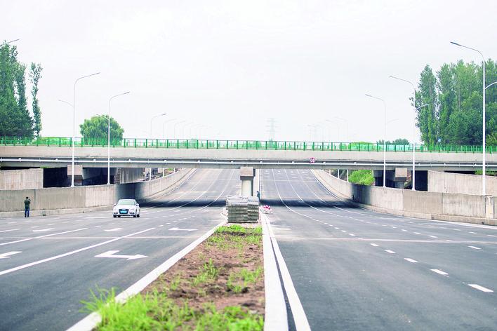 河堤东路穿绕城高速连接段通车。 张扬 摄