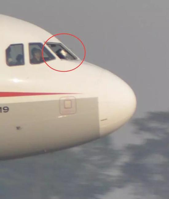 飞行过程中驾驶舱右座前风挡玻璃破裂脱落