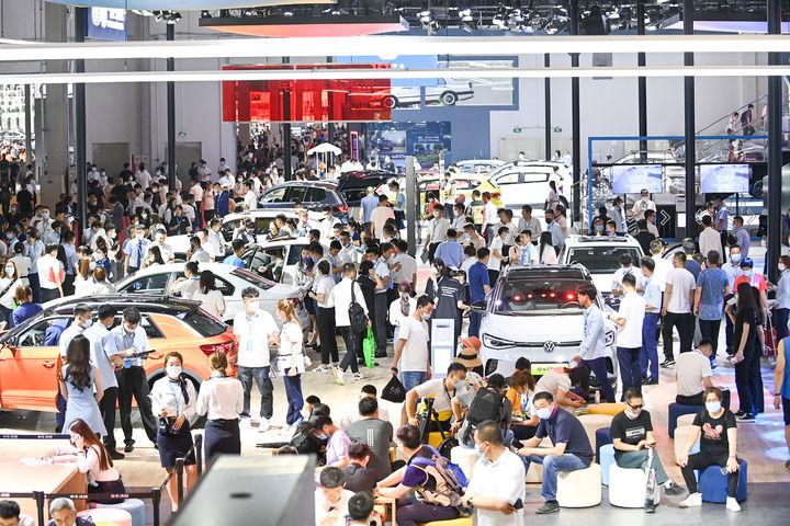 7月9日,在第十八届中国(长春)国际汽车博览会现场,观众在一汽-大众展台参观。