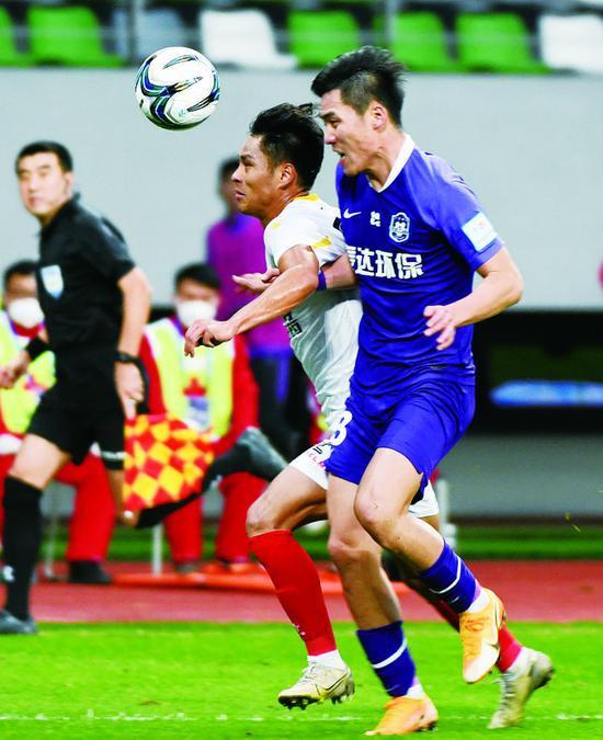 1日,天津泰达球员宋岳(前右)与长春亚泰球员杨超声拼抢。 (新华社发)