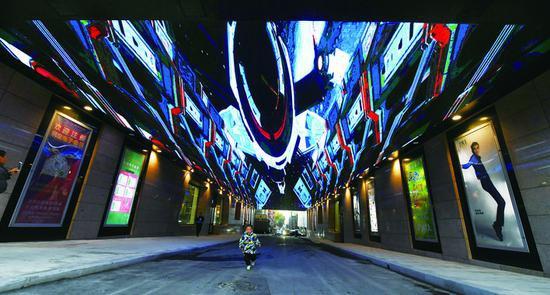 科技感十足的天幕隧道令人仿佛置身太空,繁华商街更显活力。 孙建一 摄