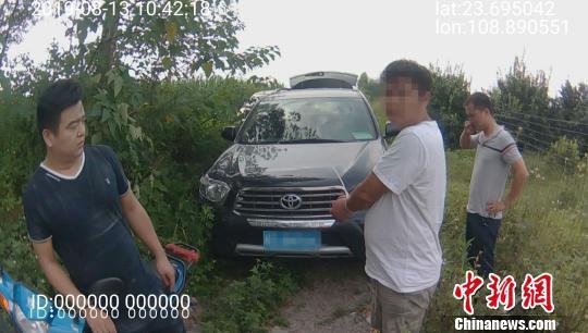 图为嫌疑人指认作案车辆。广西来宾警方供图