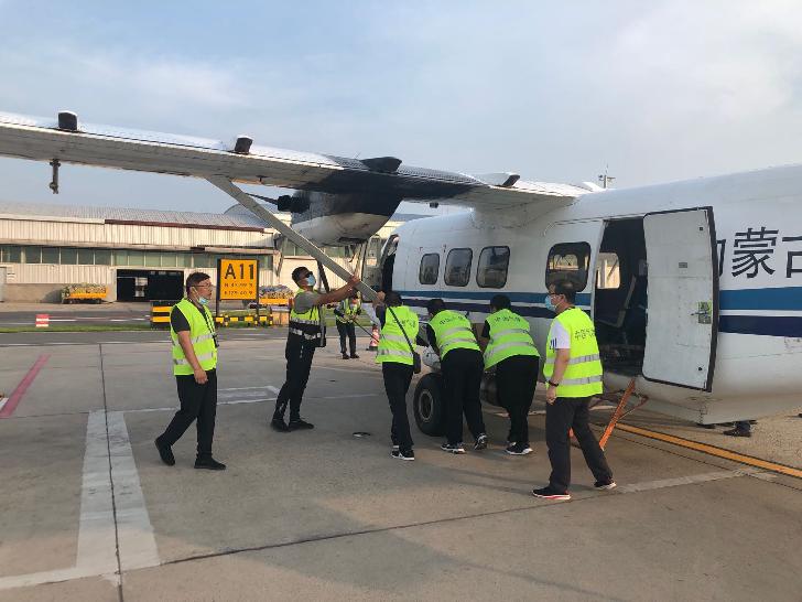 30日下午,通辽运12飞机对吉林省开展增雨作业。