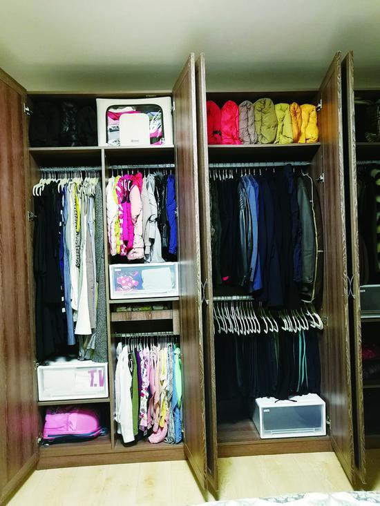 收纳师整理后的衣柜。