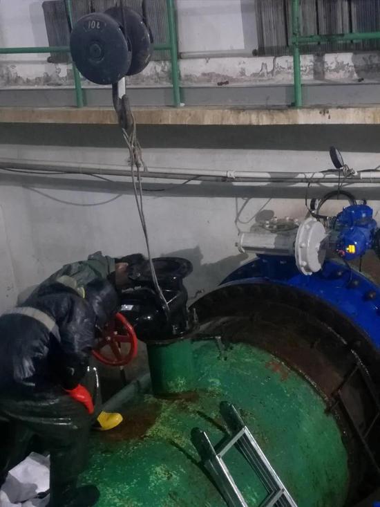 石头口门泵站五期原水管线排气阀门抢修作业现场