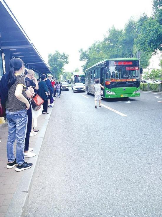 156路公交车进站时停在马路中间,乘客不得不在路中间上下车