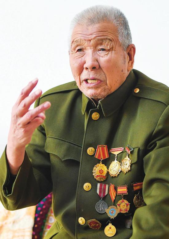徐振明老人在通化市的家中向前来采访的记者讲述自己的革命经历(2017年3月17日摄)。 新华社记者 王昊飞 摄