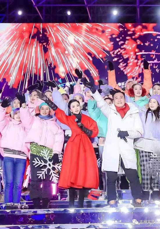 伊丽媛与演员刘烨在吉林市北大湖联袂演唱《冰雪冬奥》