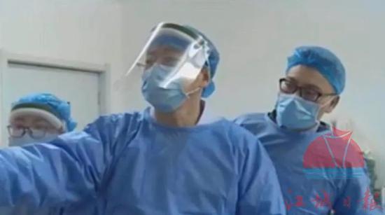 消化中心主任王宏光(右二)、医生张继伟(右一)在研究取出鸭头骨方案。