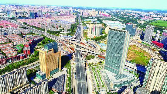 南四环路主线桥梁通车后,将助推这一繁华区域更好发展。 张扬 摄