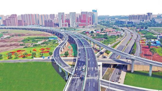 东部快速路南延长线的开通,极大地缓解了城市交通压力。