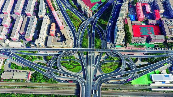西解放立交桥维修加固桥梁主体工程已全部完成,于9月30日全线开放交通。 张扬 摄