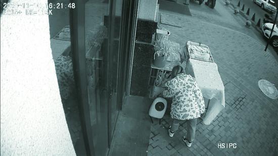 监控记录女子将小猫弃置宠物店门口