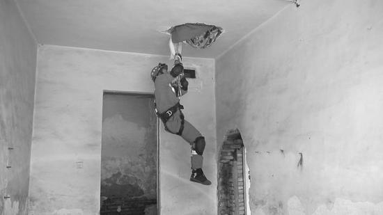 建筑倒塌,打通楼板,利用绳索转移人员