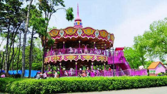 南湖公园游乐设施齐全。