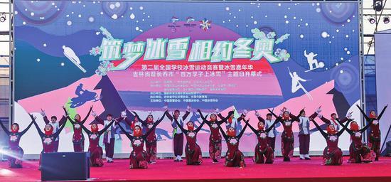 学生们在主会场开幕式上精彩表演。