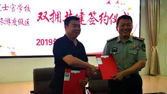 邵大明书记与彭智校长签约后的握手