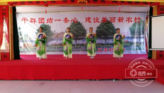 村民们自编自导自演的文娱节目,唱词里尽是对如今生活的赞美。